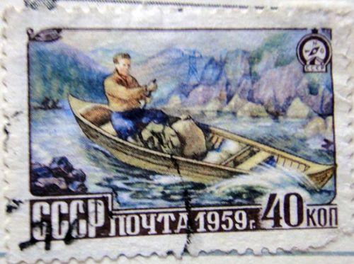 Мужик в лодке с веслом